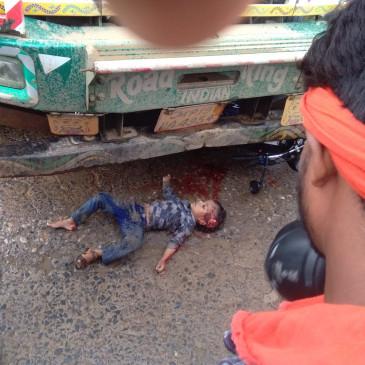 ट्रक के कुचल कर बाइक सवार देवर-भाभी की मौत - दो मासूम बच्चे घायल