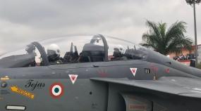 बेंगलुरू: रक्षा मंत्री राजनाथ सिंह ने स्वदेशी लड़ाकू विमान तेजस में भरी उड़ान