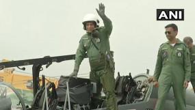 स्वदेशी लड़ाकू विमान तेजस में उड़ान भरने के बाद बोले राजनाथ- मुझे सेना पर गर्व