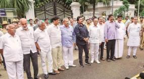 कर्नाटक में टले उपचुनाव, अयोग्य विधायकों पर SC के फैसले के बाद EC करेगा तारीखों का ऐलान