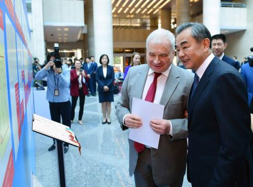 चीन-रूस संबंधों की स्थापना की 70वीं वर्षगांठ पर प्रदर्शनी का उद्घाटन