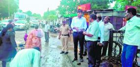 जगह-जगह गड्ढे, मनपा आयुक्त ने देखी सड़कों की हालत तो फौरन पाटने के लिए कहा