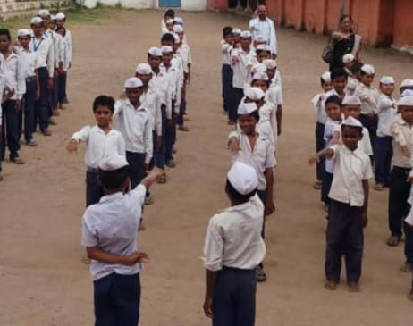 गांधी जयंती: मप्र के इस स्कूल में बापू की याद में बच्चे लगाते हैं गांधी टोपी