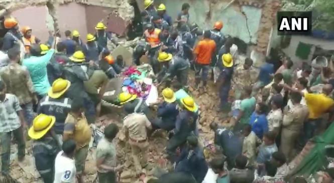 गुजरात: अहमदाबाद में गिरी तीन मंजिला बिल्डिंग, रेक्स्यू ऑपरेशन जारी