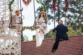 हवा में लटकते हुए इस कपल्स ने की शादी, सोशल मीडिया पर वायरल हुई तस्वीरें