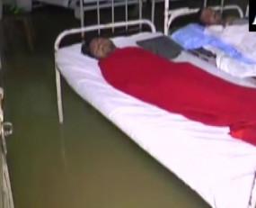 इंदौर: अस्पताल बना तालाब, घुटनों तक भरे पानी में हो रहा इलाज, मरीज बेहाल