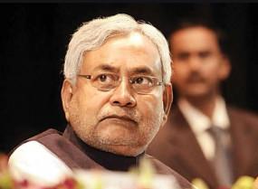 सीएम नीतीश कुमार का विरोध, फेंकी स्याही, दिखाए काले झंडे