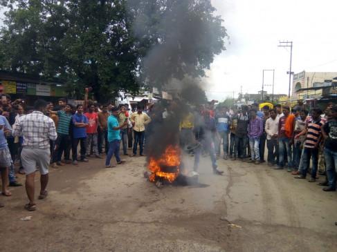 पुलिस लाठीचार्च के विरोध में लांजी बंद - प्रदर्शन ,आगजनी : चार पुलिस कर्मी सस्पेंड ,होगी एफआई आर