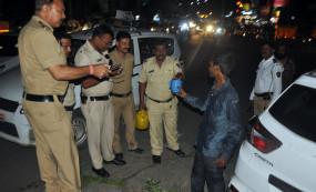 सड़क किनारे शव मिलने की सूचना पर पहुंची दो थानों की पुलिस, जब पानी डाला तो उतरा नशा