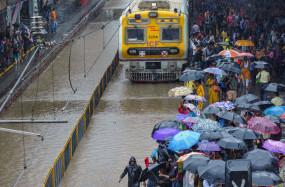 बारिश से बेहाल मुंबई, स्कूल-कॉलेज बंद, यातायात प्रभावित, अलर्ट पर NDRF