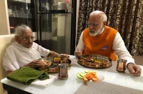 जन्मदिन पर पीएम मोदी ने मां से लिया आशीर्वाद, साथ बैठकर खाया खाना
