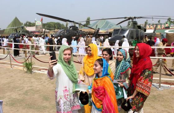 पाकिस्तान : मंत्री व धर्म गुरु ने बुर्के पर पाबंदी हटाने का किया विरोध