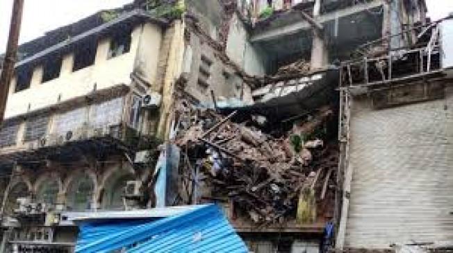 दक्षिण मुंबई में इमारत का हिस्सा गिरा, मुंबईकरों ने की गैस लीक की शिकायत