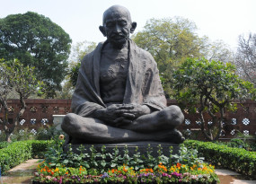 गांधी के नाम पर ढकोसला कर रहीं पार्टियां : वयोवृद्ध गांधीवादी (संशोधित)