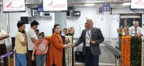 नई दिल्ली के लिए देर रात शुरु उड़ान में खचाखच थे यात्री, हवाई अड्डे पर फूलों से हुआ स्वागत