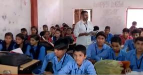 इंदौर के स्कूल में चपरासी वासुदेव 23 साल से पढ़ा रहे संस्कृत