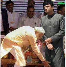Fake News: पीएम मोदी ने छुए अकबरुद्दीन ओवैसी के पैर ? फोटो वायरल