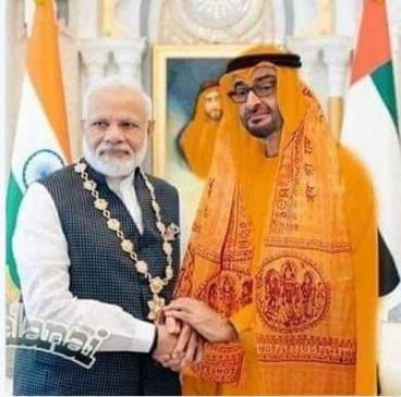Fake News: क्या पीएम मोदी ने अबू धाबी के प्रिंस को पहनवाया भगवा वस्त्र