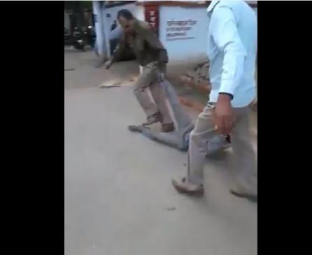 Fake News: यूपी पुलिस ने चालान के नाम पर एक व्यक्ति को जमकर पीटा ? क्या है सच
