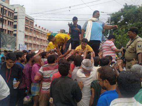 पटना में जलजमाव पर राजनीति, जाप प्रमुख पप्पू ने बांटी राहत सामग्री