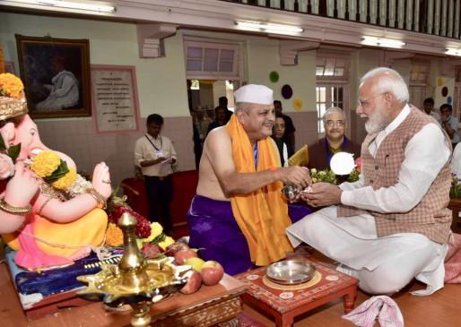 अचानक गणेश दर्शन को पहुंचे प्रधानमंत्री मोदी,गुजराती में लिखा संदेश
