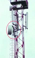 बीएसएनएल के टॉवर पर चढ़ गया मनोरोगी, 4 घंटे की मशक्कत के बाद उतारा गया