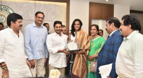 आंध्र प्रदेश के मुख्यमंत्री जगन मोहन रेड्डी ने सिंधू को किया सम्मानित