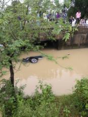 भोपाल के शोरूम कर्मचारियों की कार उफनते नाले में बही, चार की मौत