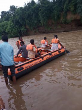 जाम नदी में तीन बहें,बाढ़ में डूबा रपटा पार कर रहे थे, रेस्क्यू जारी नहीं मिले शव