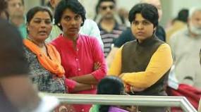 रास्ता रोको आंदोलन की कोशिश कर रही तृप्ति देसाई को हिरासत में लेकर छाेड़ा