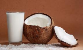 वीडियो रेसिपी: इस तरह से घर पर बनाएं नारियल का दूध