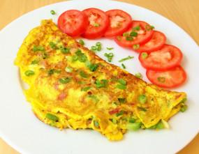 वीडियो रेसिपी: नाश्ते के लिए बनाएं अंडे के साथ आलू वाला ऑमलेट