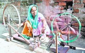 नागपुर के मोमिनपुरा बस्ती में चरखा चलाकर महिलाएं चलाती है घर, दिन भर में मिलते हैं मात्र 50 रुपए