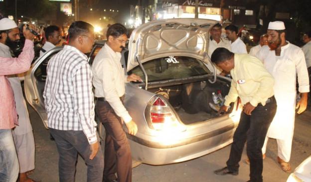 पुलिस ने नाकाबंदी के दौरान कार से बरामद की रकम, चुनाव विभाग के किया सुपुर्द