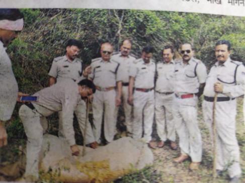 नर्मदा तट पर पन्नियों में भरकर रखा 22 सौ किलो महुआ लाहन जब्त