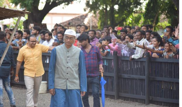 भिड़े और चंपक चाचा अचानक पहुंच गए बापू की कर्मस्थली, शूटिंग देखने लगी भीड़