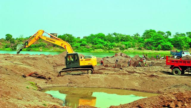 कन्हान नदी से रेत चोरी करते 1 पोकलेन मशीन, 4 ट्रक, 90 ब्रॉस रेत जब्त