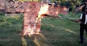नाराज ग्रामीणों ने रावण की जगह जनप्रतिनिधियों और प्रशासनिक अधिकारियों के पुतले का किया दहन