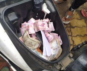चुनाव प्रचार थमने के पूर्व पैसे बांटते एक व्यक्ति को दबोचा, जांच में जुटी पुलिस