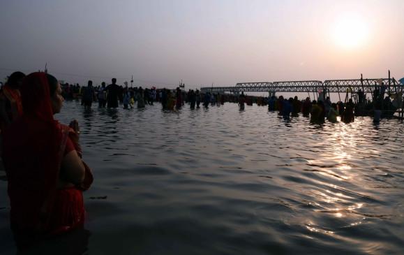 बिहार : दलदल ने छठ घाटों पर बढ़ाई परेशानी, तैयार हो रहे तालाब