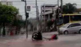 Fake News: गड्डे में गिरा बाइक सवार, वीडियो गलत दावे के साथ वायरल