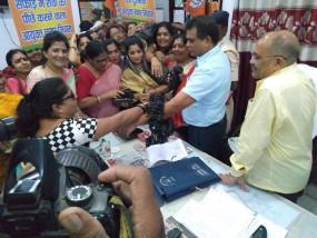 रीवा ननि के आईएएस आयुक्त को भाजपा नेत्रियों ने पहनाई चूड़ी