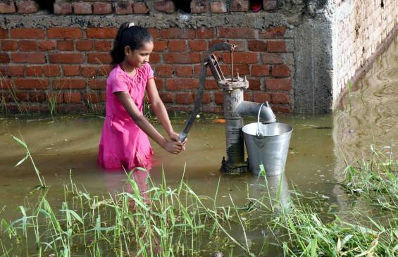पटना में जमा पानी हुआ काला, बीमारी की आशंका से सहमे लोग
