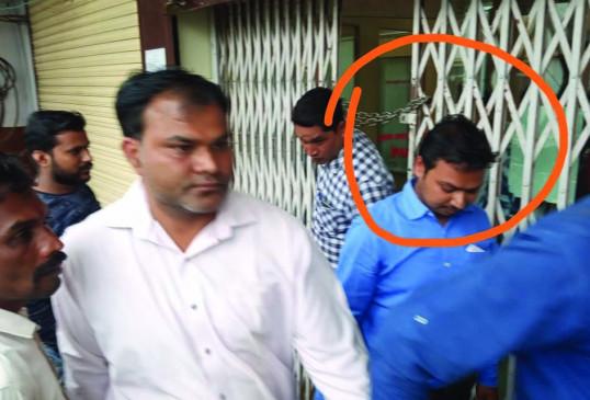 बीओबी का मैनेजर और चपरासी बीस हजार की रिश्वत लेते हुए गिरफ्तार , गए जेल