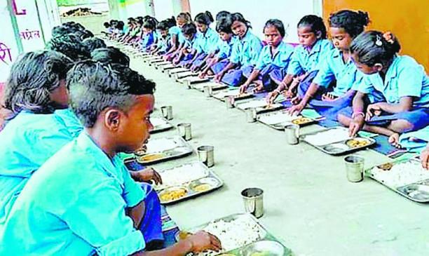 500 स्कूलों में 10 सेंट्रल किचन शेड के माध्यम से भेजा जा रहा मिड डे मील