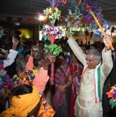 छग : मुख्यमंत्री बघेल नृत्य दलों संग जमकर थिरके