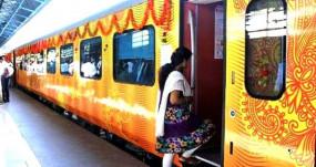 शुरू हुई देश की पहली प्राइवेट ट्रेन, CM योगी ने तेजस को दिखाई हरी झंडी