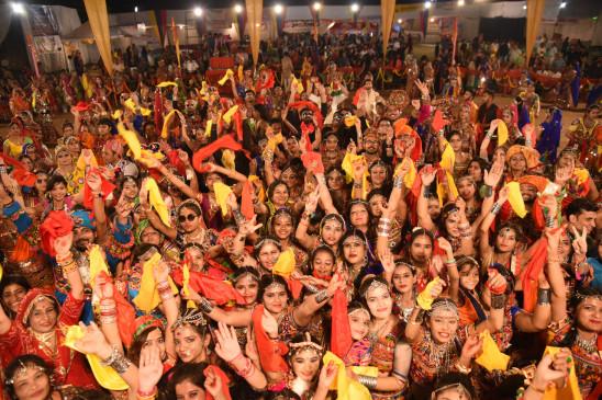 दैनिक भास्कर गरबा महोत्सव: चांदनी रात में संगीत की सरगम, डांडिया का जादू