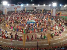 दैनिक भास्कर गरबा महोत्सव: चाँदनी रात में परिधानों की सतरंगी छटा, उमंग-उल्लास से भरा गुजरात सा नजारा