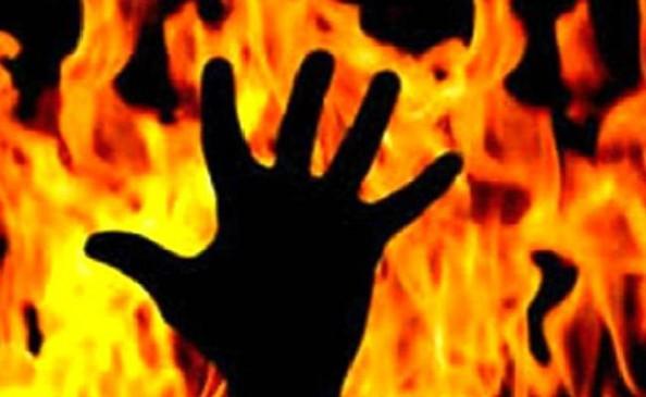 पुलिस स्टेशन में खुद पर मिट्टी का तेल डालकर आग लगाने वाले की मौत